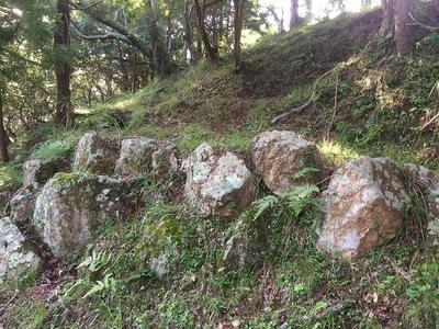 主郭付近の石垣跡
