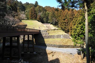 御主殿跡の曳橋、石垣、石段、虎口