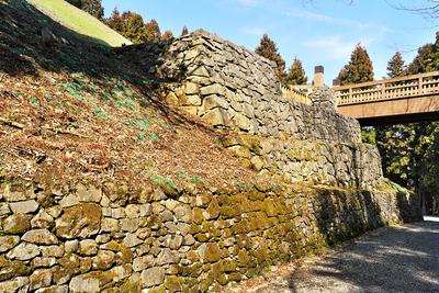 御主殿前の曳橋下の石垣