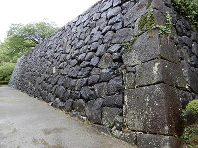 雨に濡れる頬当御門の石垣