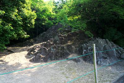 庭園跡に残るかぶと岩