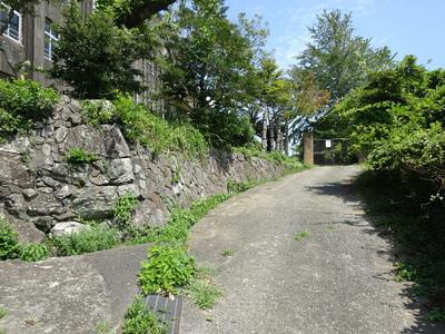 旧鳥羽小学校前の石垣