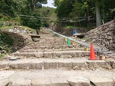 長い大手道の石段