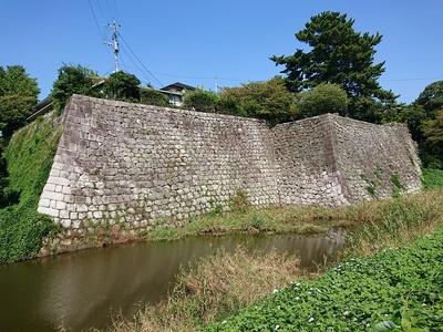 坤櫓・太鼓櫓跡の石垣と本丸内堀