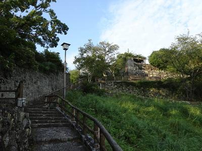 本丸と鐘ノ丸の間の登り口