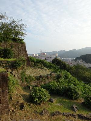 松ノ丸の石垣と新宮市街