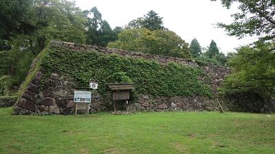 案内板と石垣