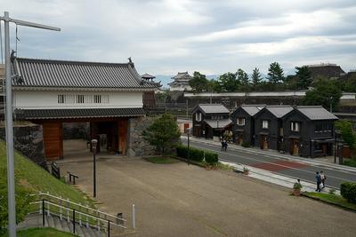 陸橋から見た山の手門櫓門、稲荷櫓、天守台