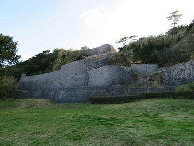 復元されたようどれと城壁