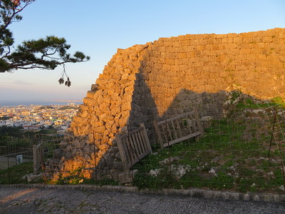 夕陽に照らされる城壁