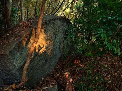 矢穴痕の残る巨岩(石切り場)