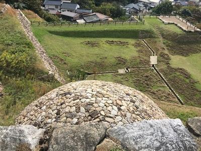 巻石垣を見下ろす
