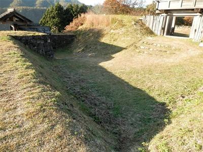 桝形(右側が本丸門)