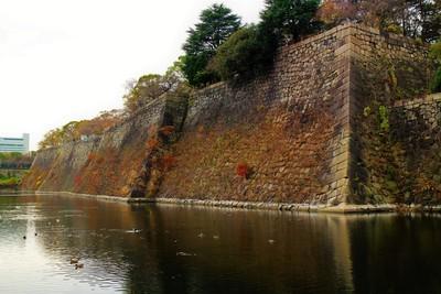 本丸石垣(北東側)と内堀