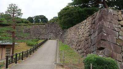 戌亥櫓をのぞむ石垣