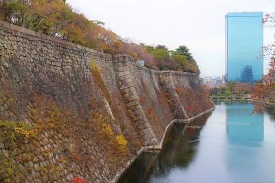 本丸東側石垣と内堀