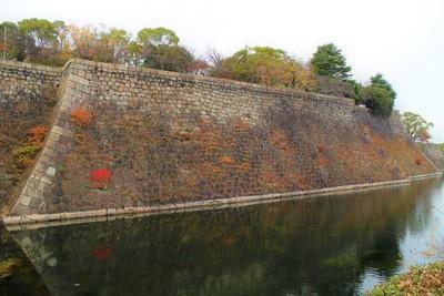 本丸石垣(東側)と内堀