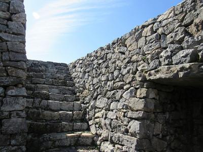 平郎門の内側から門の上に上がる階段