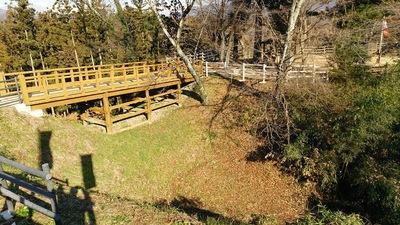 北東側見学台から主郭との堀切と木橋を見る