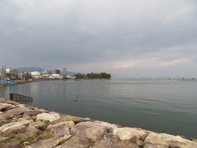 膳所城跡公園(本丸)と近江大橋