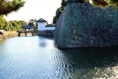 本丸石垣・本丸櫓門(北側)と内堀