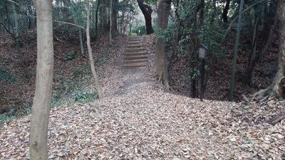 本丸跡~二の丸跡の空堀と土橋