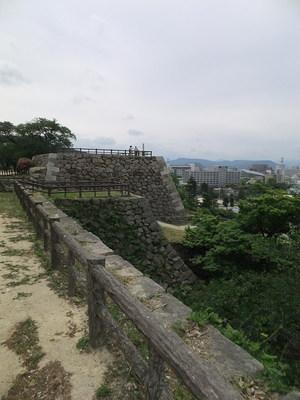 裏御門跡(手前出っ張り)、三階櫓台(奥)