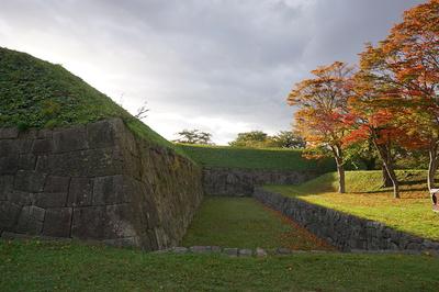 稜堡近くの土塁と石垣と空堀