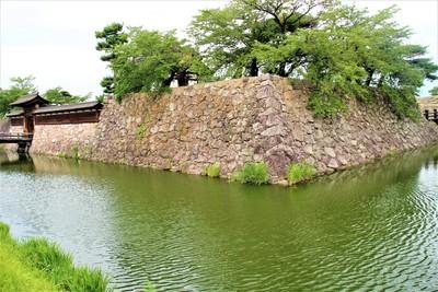 本丸石垣・内堀と太鼓門(南東側)