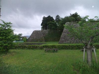 二の丸石垣(手前)、本丸石垣・櫓台(奥)