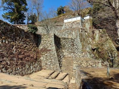 大手門跡から見上げる石垣群
