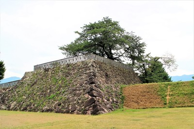 戌亥櫓跡と土塁(北側)