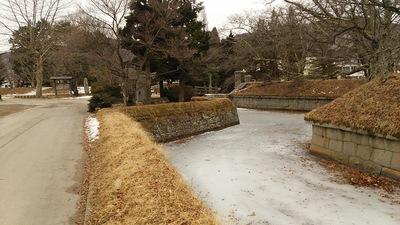 凍っている堀の水(大手門側)