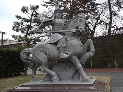 福井城・結城秀康像