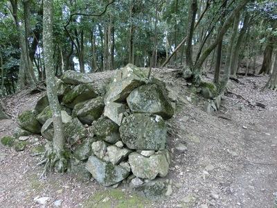 八幡宮跡の下の曲輪にある石垣