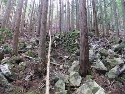 登山道半ばにある石積