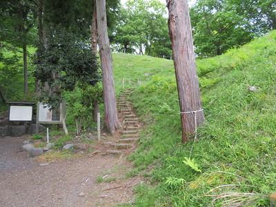 本丸から天守台(土塁)への登り口