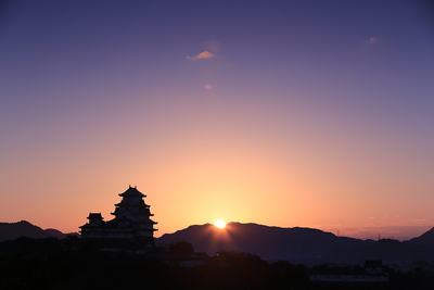 山の間から日が昇る