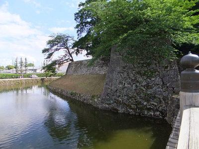 内堀と腰巻石垣、鉢巻石垣