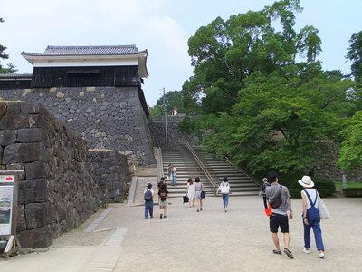 南総門から二の丸上の段へあがる石段