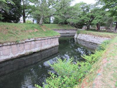 稜堡式石垣と水堀