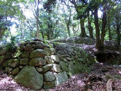 本丸から馬屋跡に向かう途中の石垣