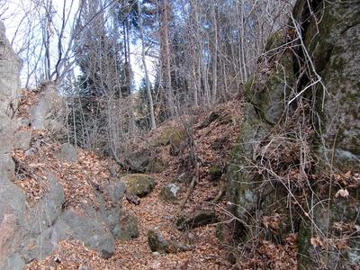 天然の岩を切り取った堀切