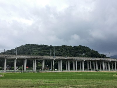 新幹線高架越しの朝日山全景