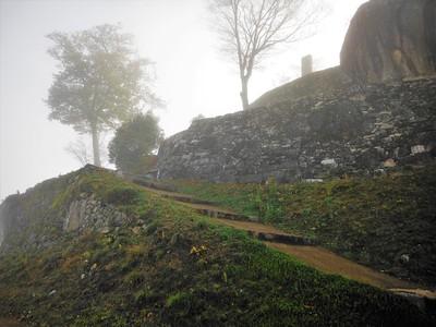 玄関口跡と本丸石垣