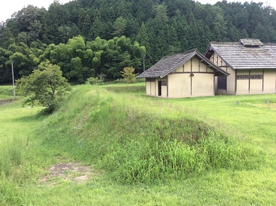 吉川元春館跡の復元された台所と土塁