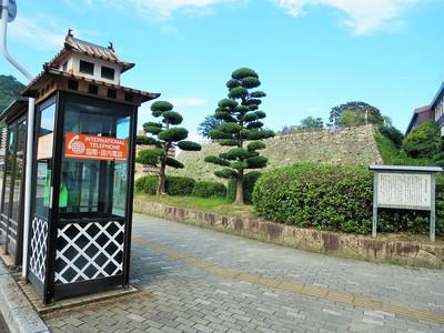 石垣とお城モチーフの電話ボックス