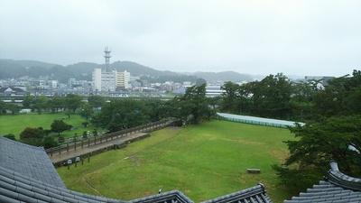 三重櫓から大雨で誰もいなくなった本丸跡を見る