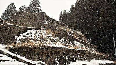 吹雪く岩村