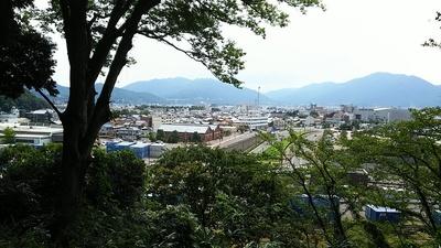 金ヶ崎宮から赤レンガ倉庫を見る